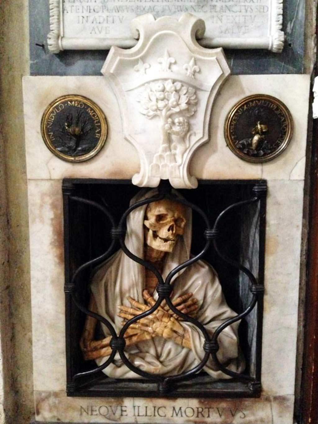 Skeleton details on Gisleni's tomb