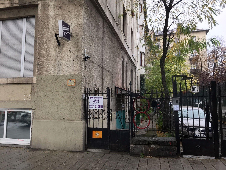 baroque hostel budapest entrance