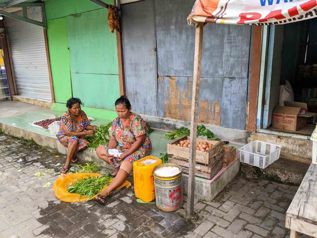 Two women cleaning herbs at the Pasar Karimunjawa